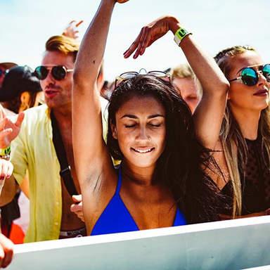 Mädchen auf der Tanzfläche auf der Bootsparty