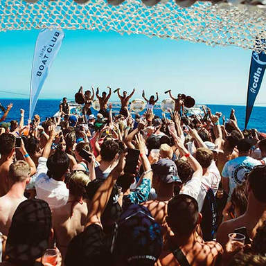 Ibiza Boat Party Crowd am Cirque de la Nuit