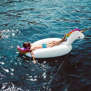 Schwimmen Sie mit Wasserspielzeug am Cirque de la Nuit