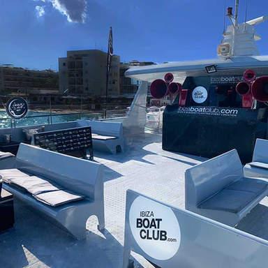 VIP-Bereiche und DJ-Stand des Ibiza Boat Club