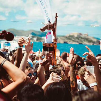 Moet Flasche auf der Cirque de la Nuit Ibiza Bootsparty