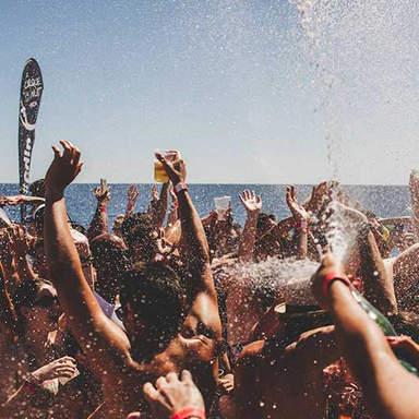 Champagner-Spray auf der Ibiza Boat Party im Cirque de la Nuit