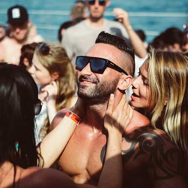 Mädchen und Männer auf der Tanzfläche im Cirque de la Nuit Ibiza