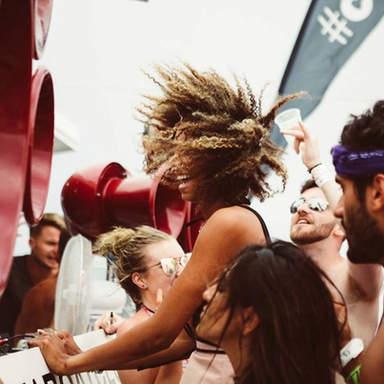 Mädchen mit VOID Soundsystem auf der Tanzfläche