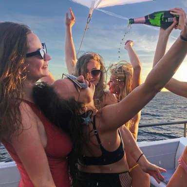 Mädchen machen Champagnerduschen im VIP-Bereich