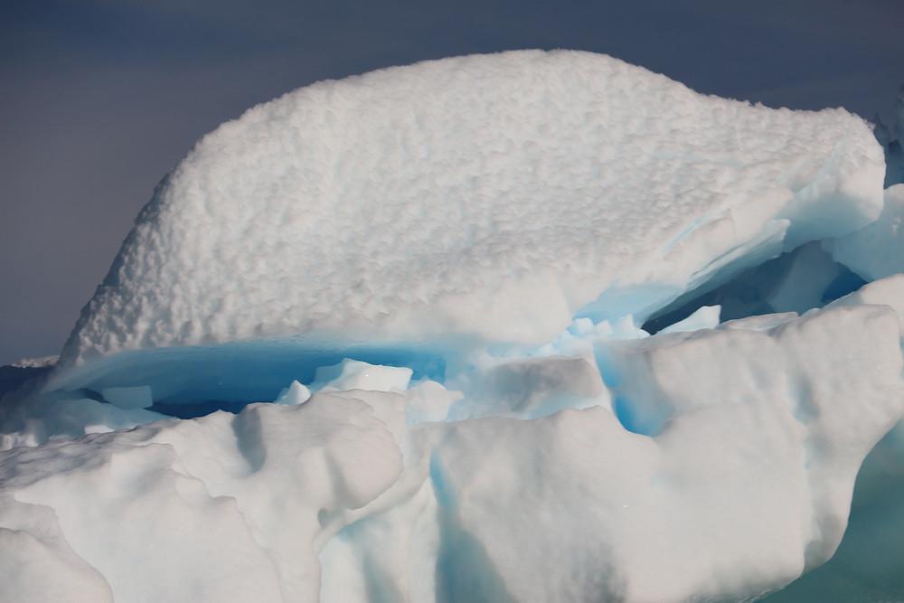 iceberg branco, com partes azuis