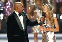 miss-universe-2017-steve-harvey-demi-lei
