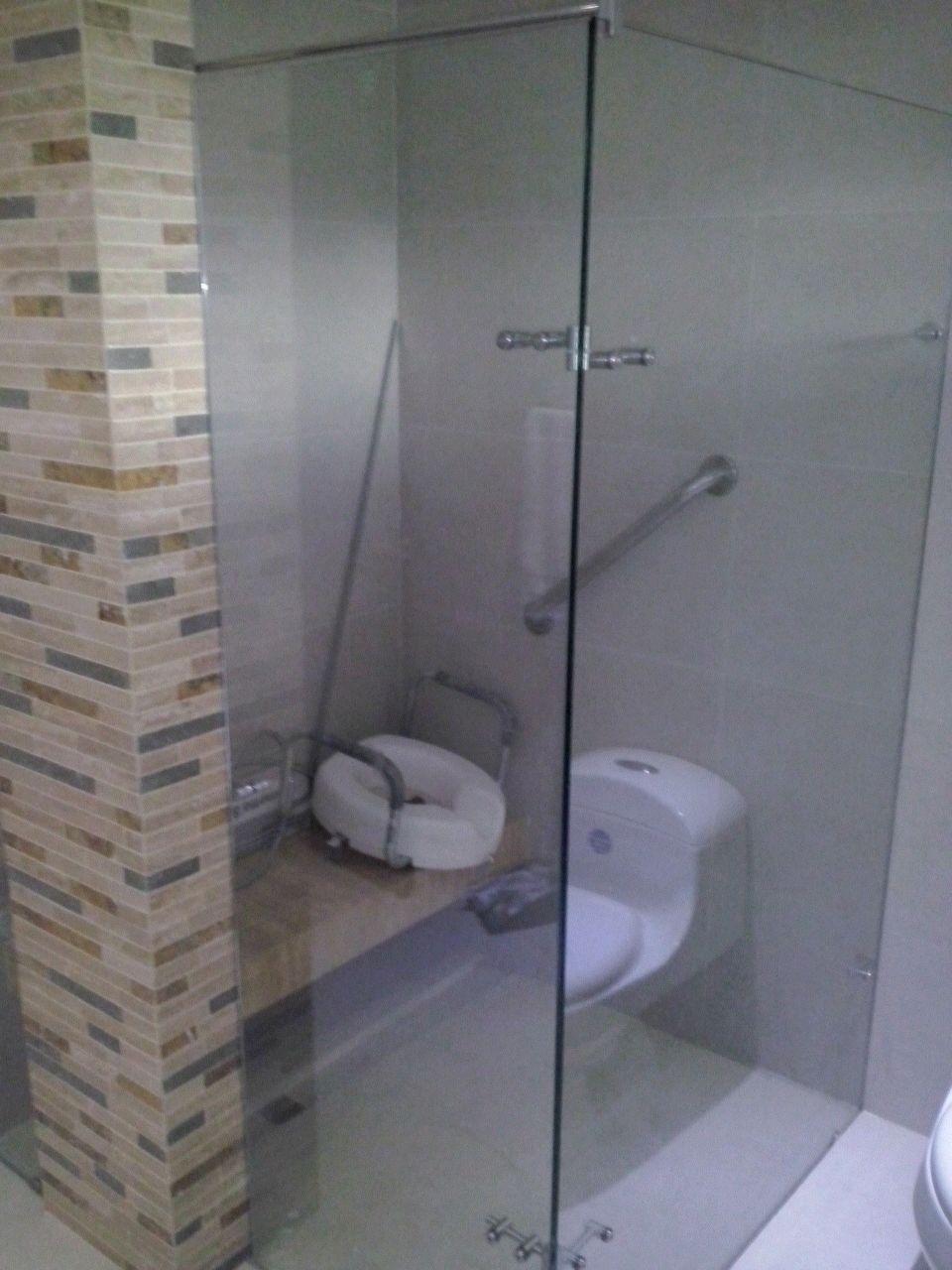 Division de baño batiente en vidrio