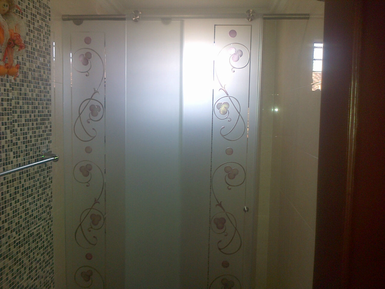 División de baño Glassvit tallada