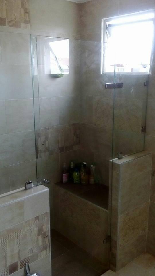 División de baño con chapetas