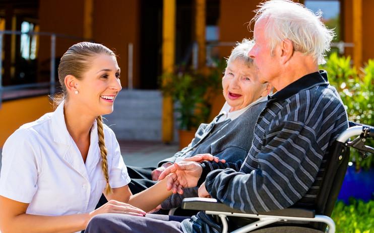 Betreuerin mit Bewohnern