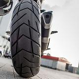 roue-arriere-moto-rouge-dans-rue-ville_2