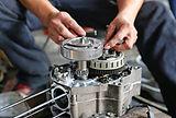paire-main-technicien-fixant-moto_38678-