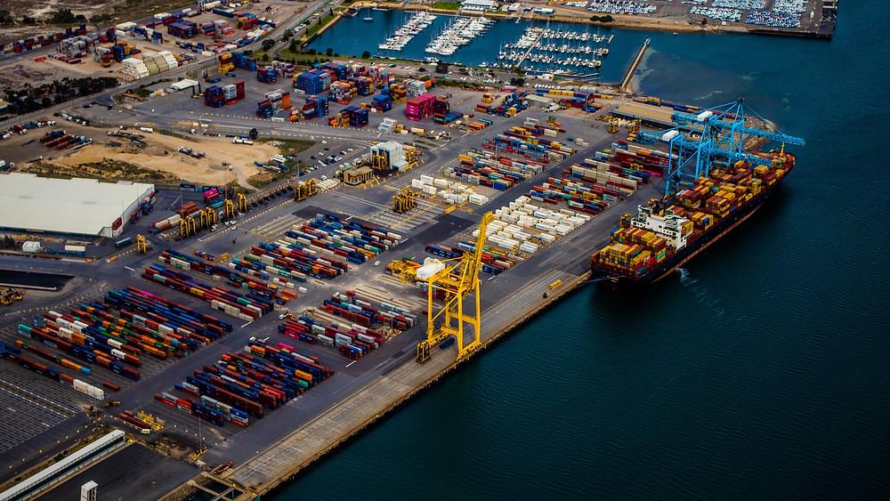 Porto com containers e navio cargueiro