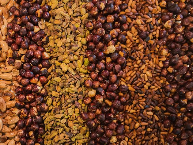 Fileiras intercaladas de amendoins e diferentes tipos de nozes