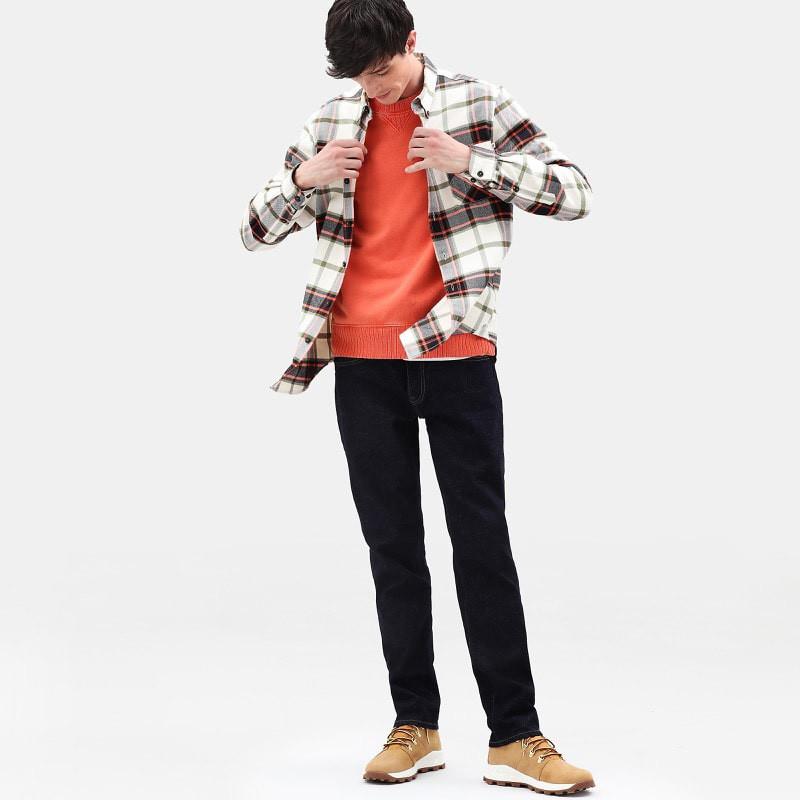 Une chemise Timberland portée sortie et ouverte pour un look décontracté