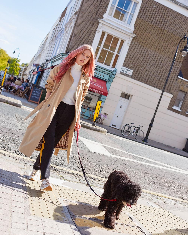 Mary Charteris portant les nouvelles baskets pour Femme Timberland Delphiville Leather Sneaker