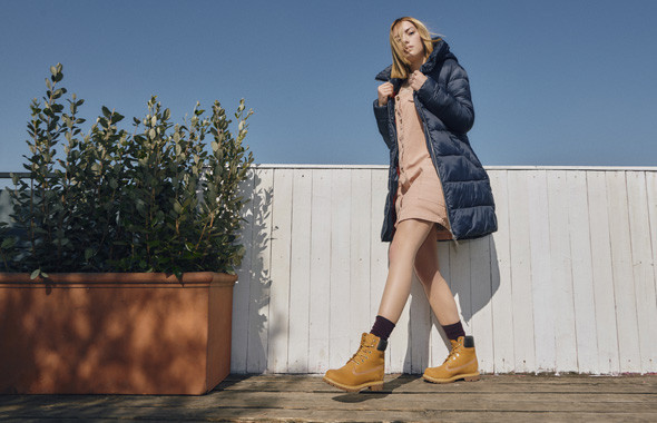 Optez pour un look féminin et soigné avec une robe et des Yellow Boots