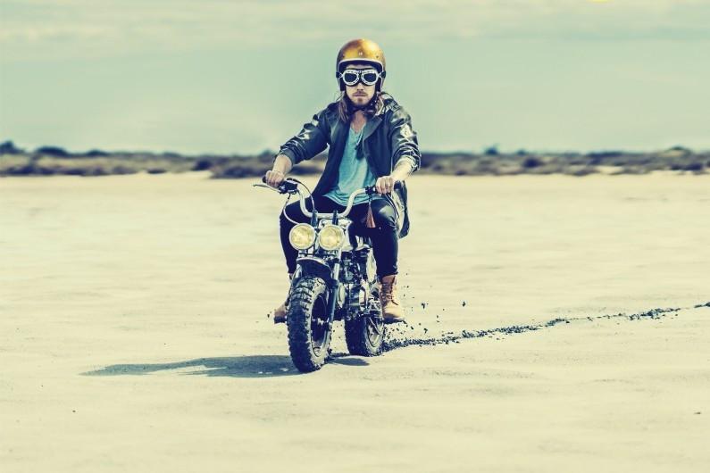 """Julien Doré en moto et Yellow Boots Timberland dans son clip """"Le Lac"""""""