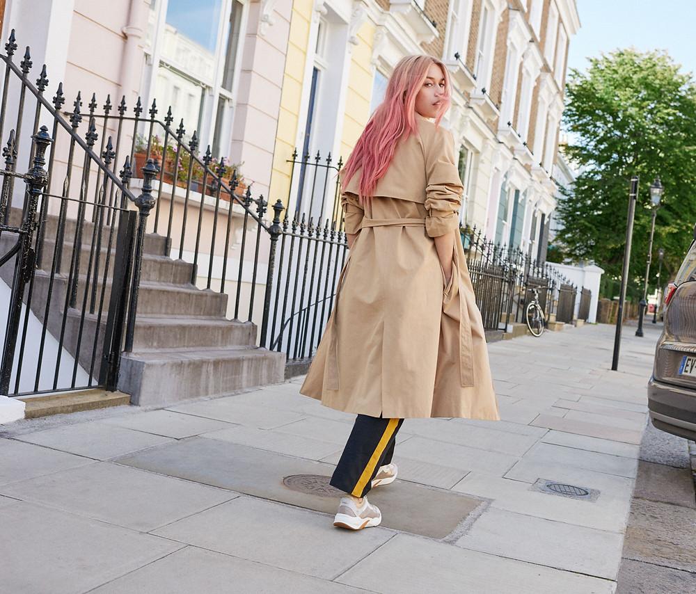 Mary Charteris dans les rues londiennes parées de Baskets Timberland Delphiville