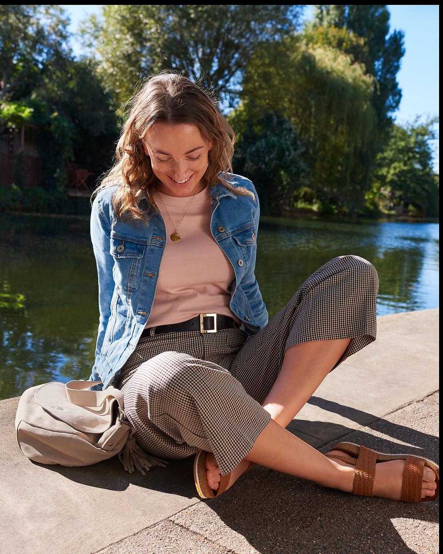 Jemma Finch portant les Sandales Femme Timberland Malibu Waves 2 Band Sandal en cuir suédé de teinte rouille.
