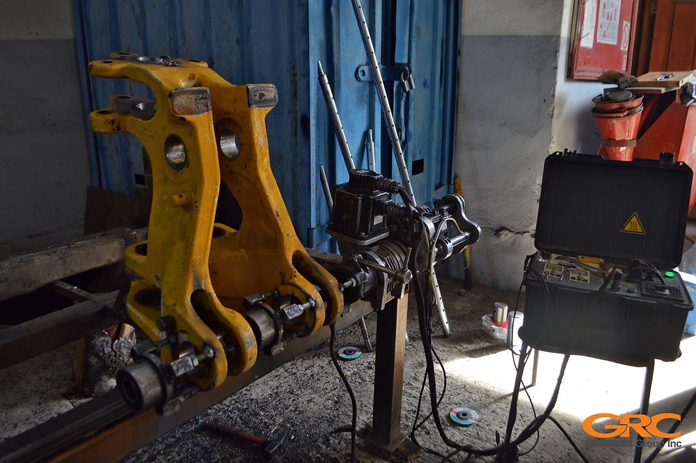 Мобильная расточка и восстановление отверстий поворотной каретки стрелы экскаватора-погрузчика