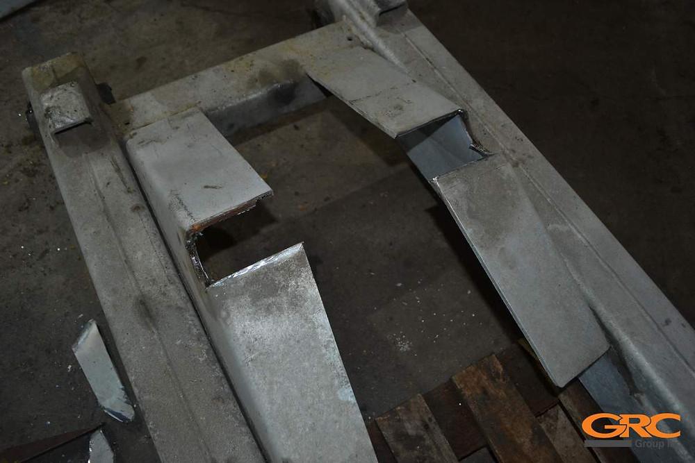 Демонтируем проушины с рёбрами и разделываем трещины рамы подъемника