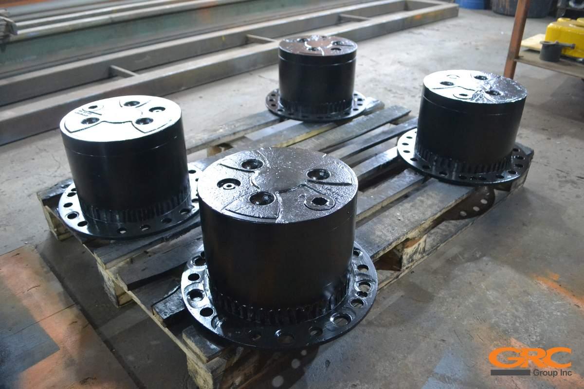 Корпуса редукторов и ступицы моста колесного экскаватора после ремонта