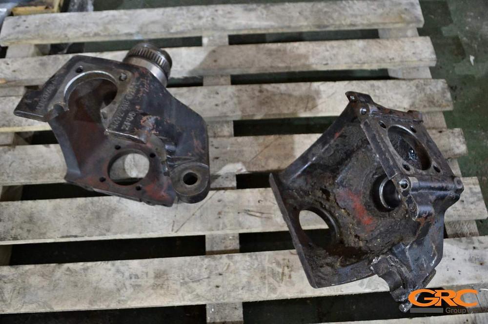 поворотные кулаки переднего моста вилочного погрузчика Hyundai 160D-7E до ремонта