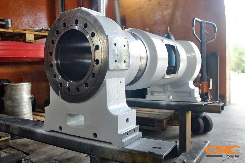 Подвижная плита и поршень термопластавтомата Husky HyPET 300 после ремонта