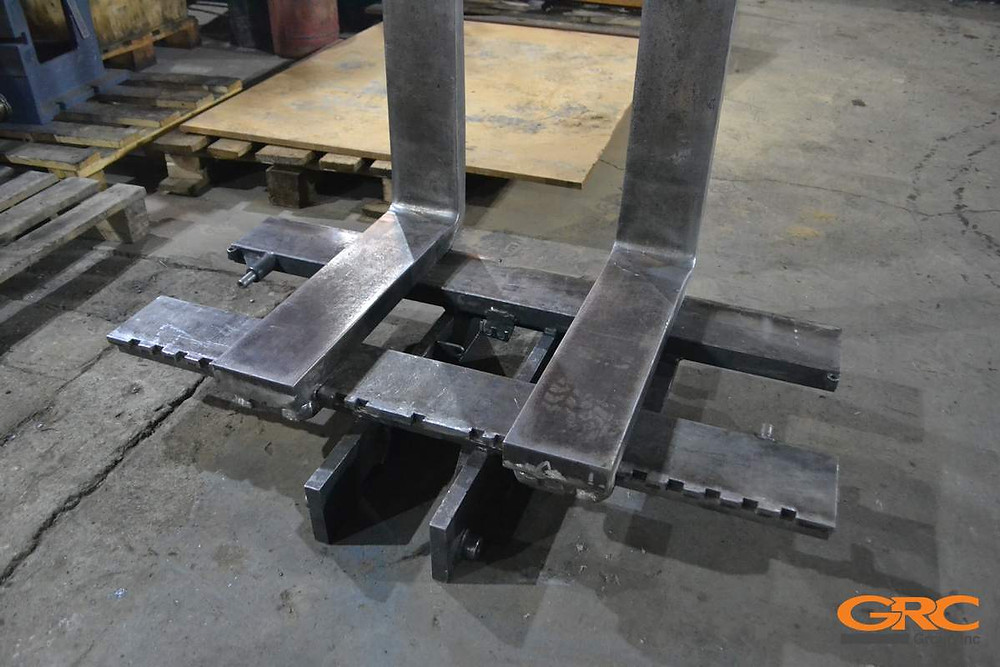 На финальном этапе ремонта вил бокового погрузчика собираем конструкцию