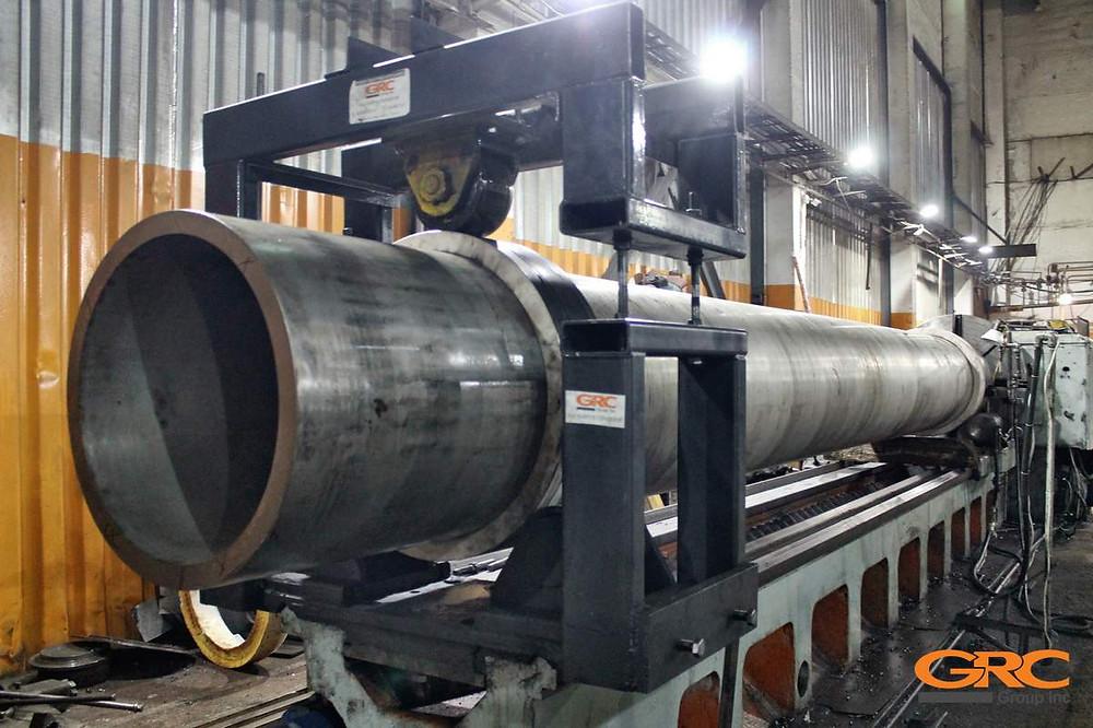 Труба из нержавеющей стали во время токарной обработки