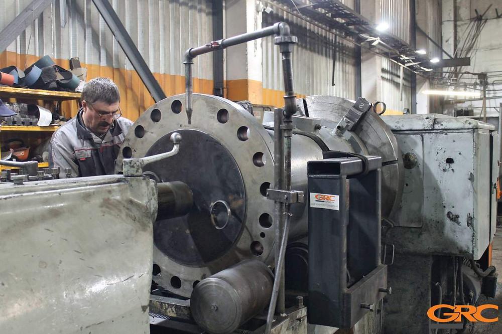 Установка гильзы ГЭС на токарный станок