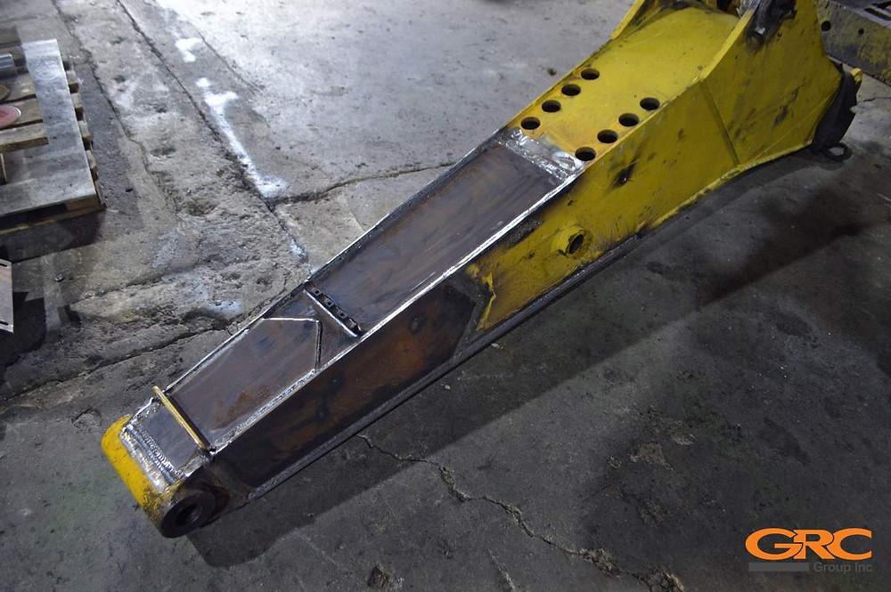 Устранение деформации стрелы экскаватора-погрузчика Komatsu WB97S-2