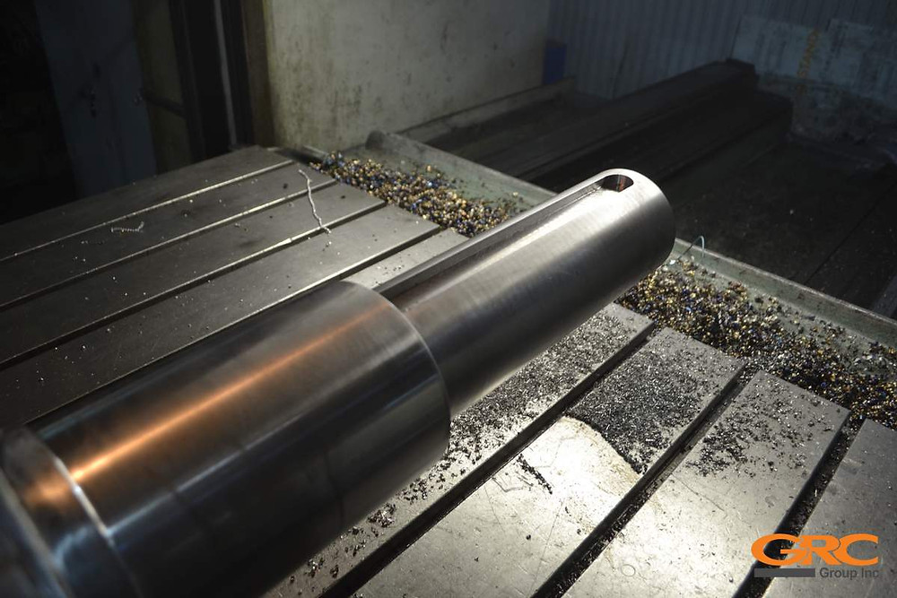 Токарно протачиваем в заводской размер и изготавливаем шпон-паз