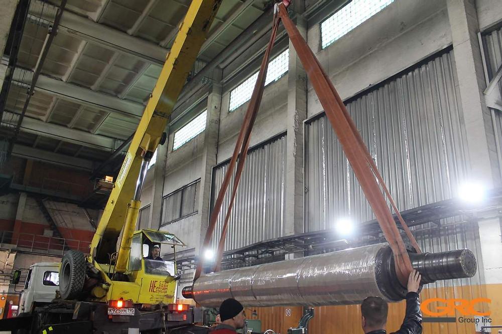 Установка промышленного вала на токарный станок. Работаем с валами диаметром до 1010 мм, массой до 12 тонн и длиной 19 метров.
