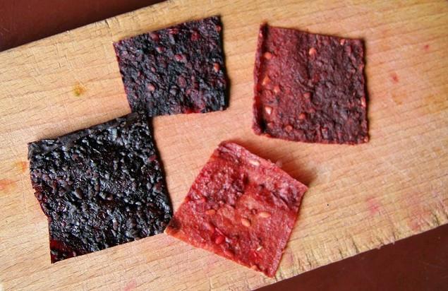 Různé druhy pergamenu (zleva): černé maliny + banán; rybíz, muchovník + banán; rybíz + datle a rybíz + banán