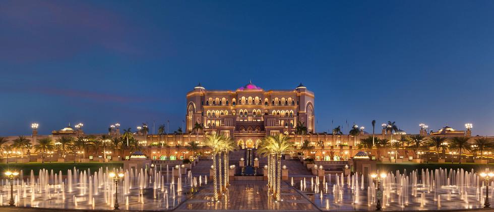 abu-dhabi-emirates-palace-fountains-nigh
