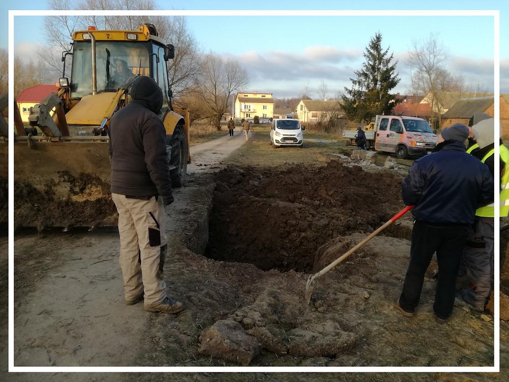 Prace przy ekshumacji w Dmochach - Wochach