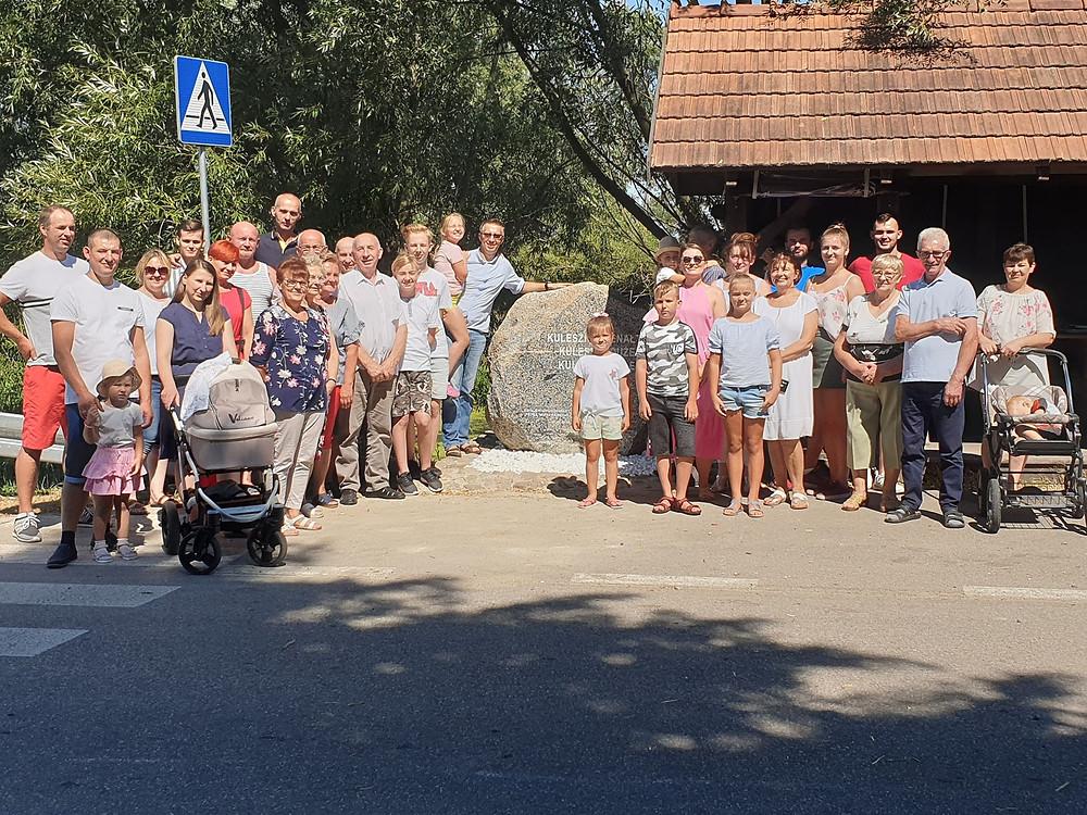 Mieszkańcy Kuleszków przy pamiątkowym głazie.