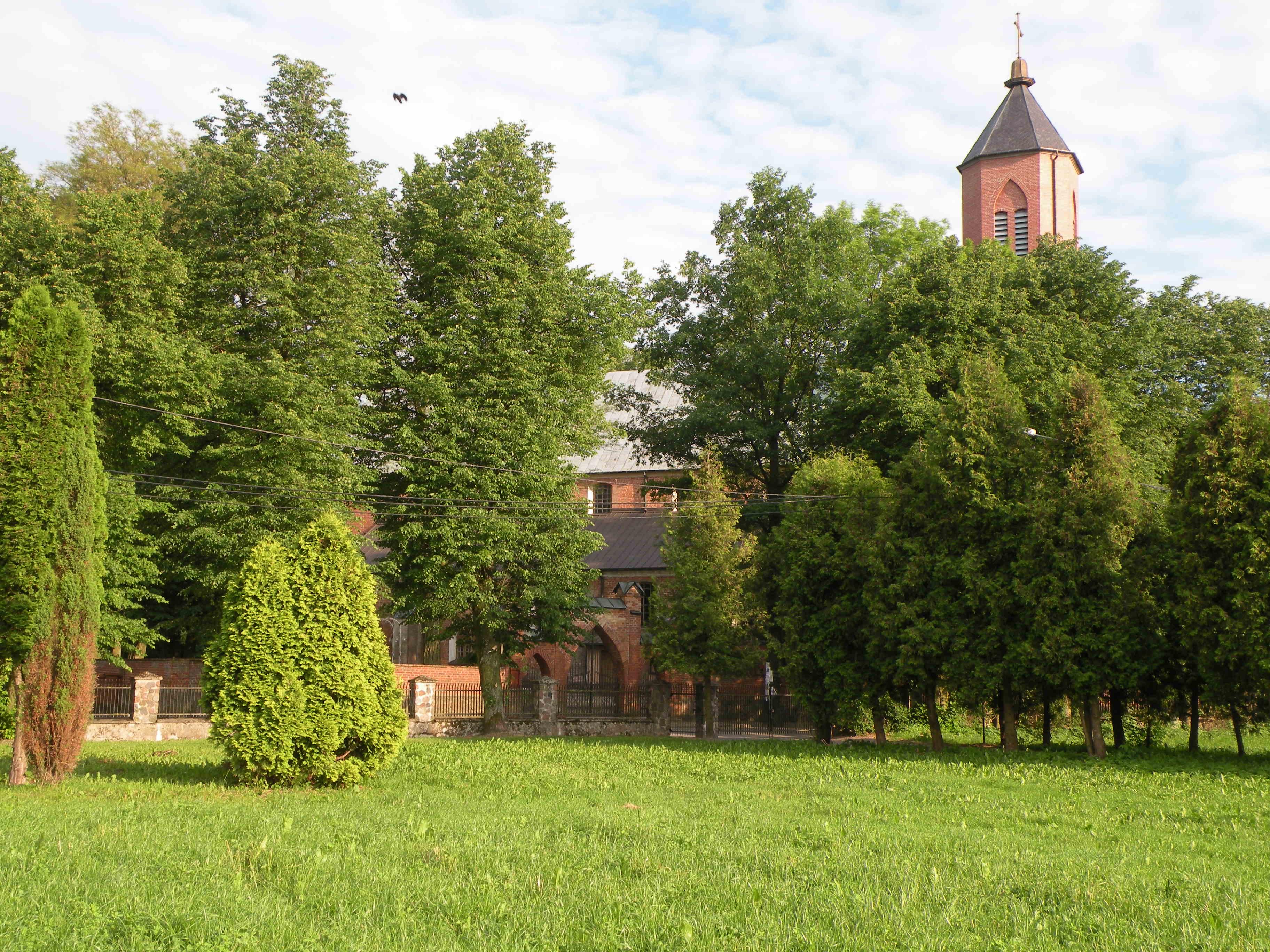 kościół od strony boiska sportowego