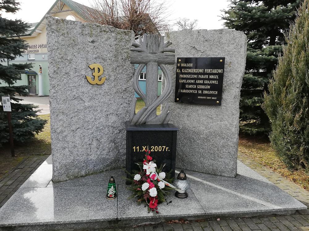 Pomnik poświęcony ks. Fertakowi w Mrozach