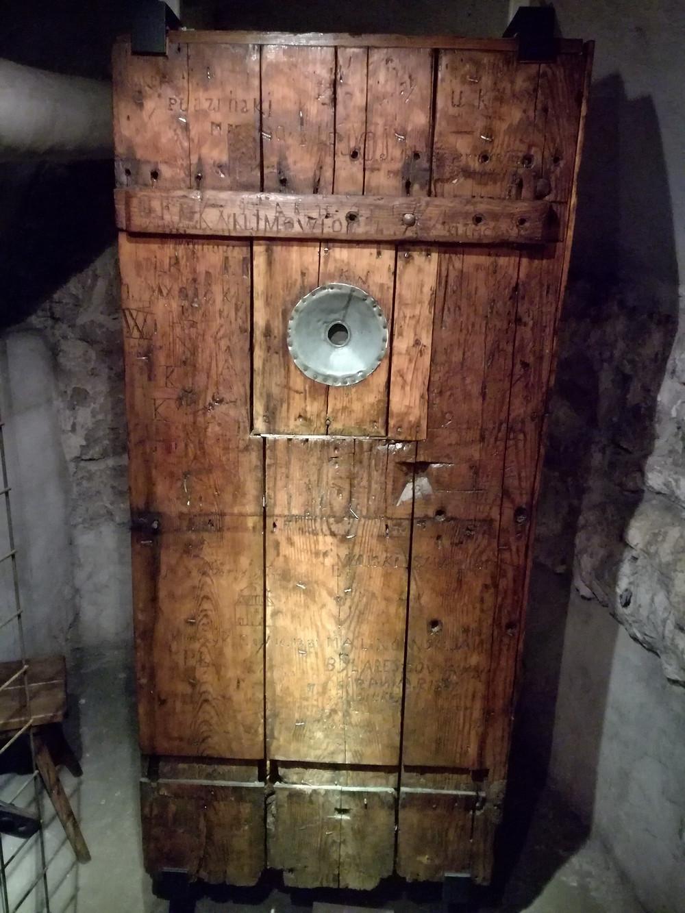 Drzwi jednej z cel więziennych