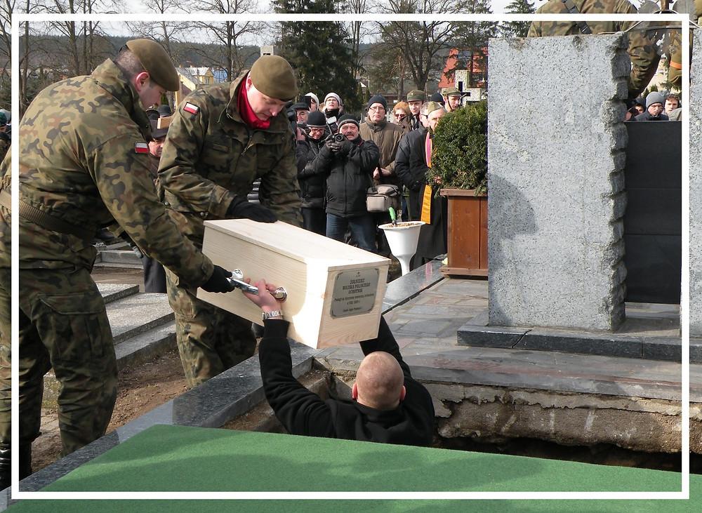 Złożenie szczątków do grobu