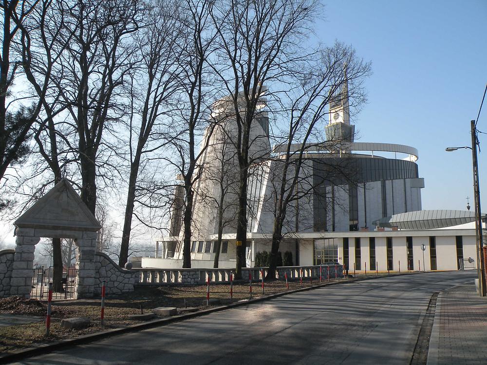 Portal wejściowy na cmentarz i Sanktuarium BM
