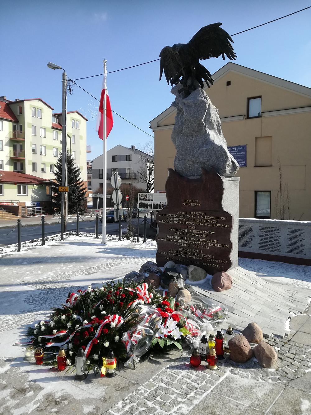"""Pomnik """"Żołnierzy Wyklętych"""" w Ostrowi Maz."""