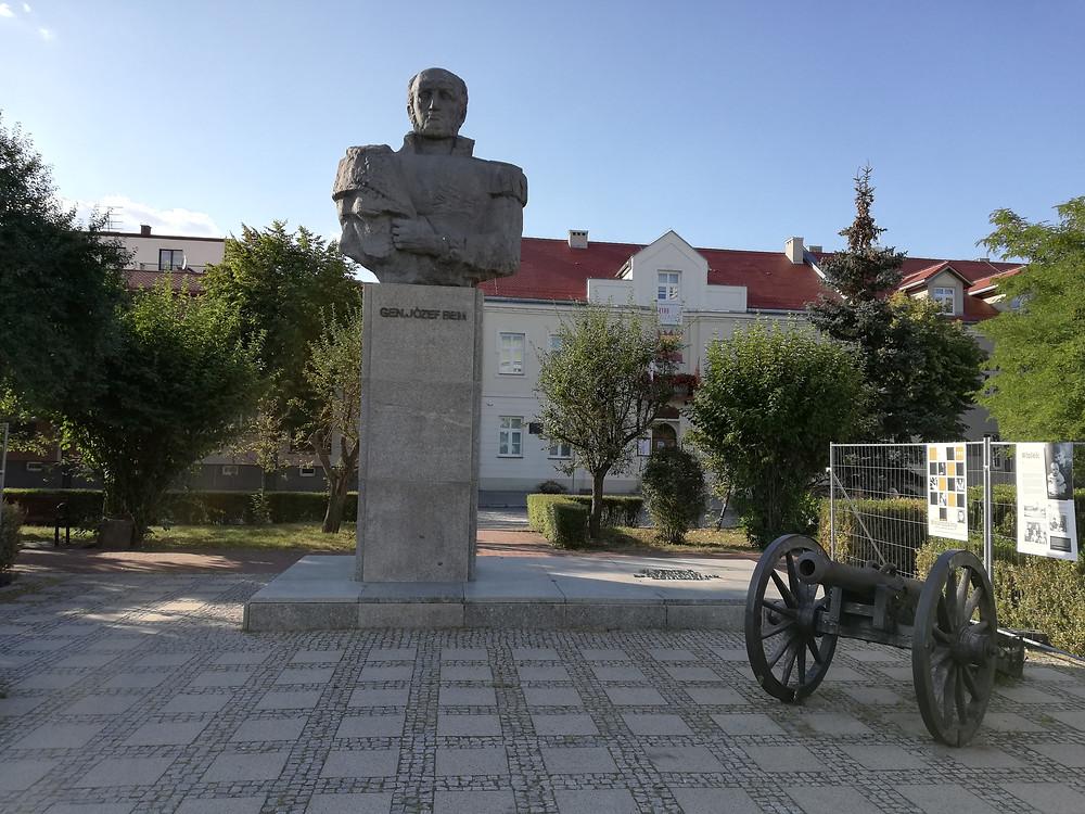 Pomnik Józefa Bema w Ostrołęce.