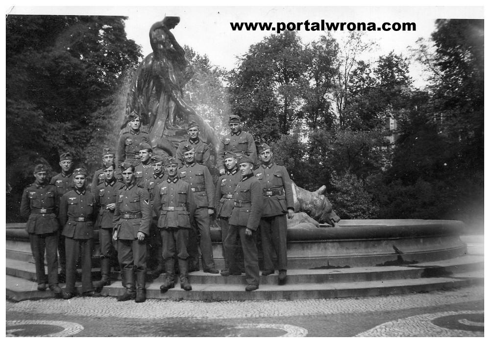 Okupanci przy fontannie