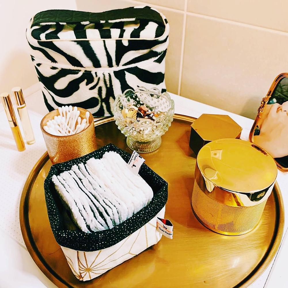 Lingettes et panière salle de bain