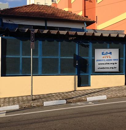 Imagem da fachada do CIVE, tirada do outro lado da rua.